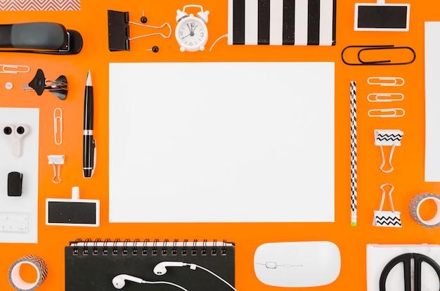 Plat lay-papier mockup met kantoorbenodigdheden