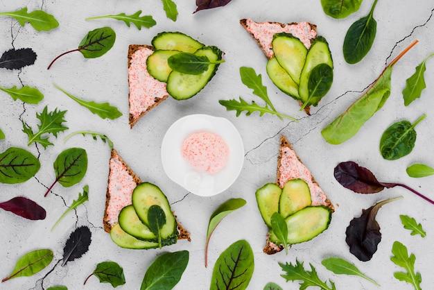 Plat leg kuit op brood met komkommers