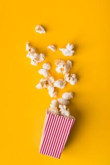 Plat leg popcorn op gele achtergrond