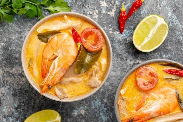 Plat leg soepen in kommen met garnalen citroen en peper met kopie ruimte
