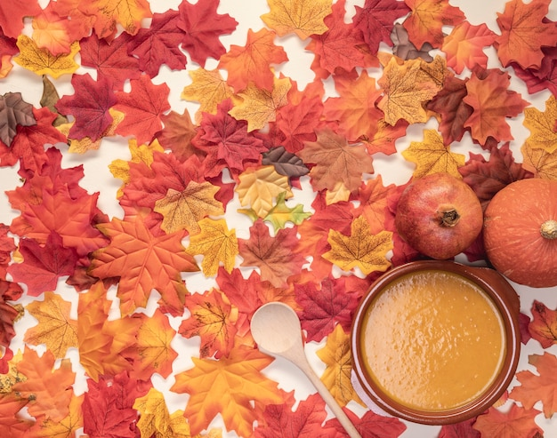 Plat leg voedselassortiment op bladerenachtergrond