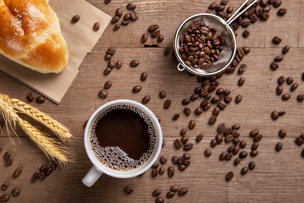 Plat legde croissant en koffie