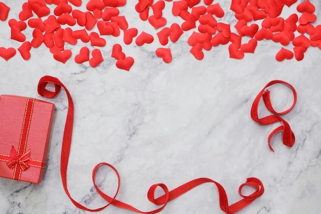 Plat leggen achtergrond voor valentijnsdag, liefde, harten, geschenkdoos kopieer de ruimte