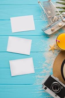 Plat leggen ansichtkaarten met zomer vakantie concept