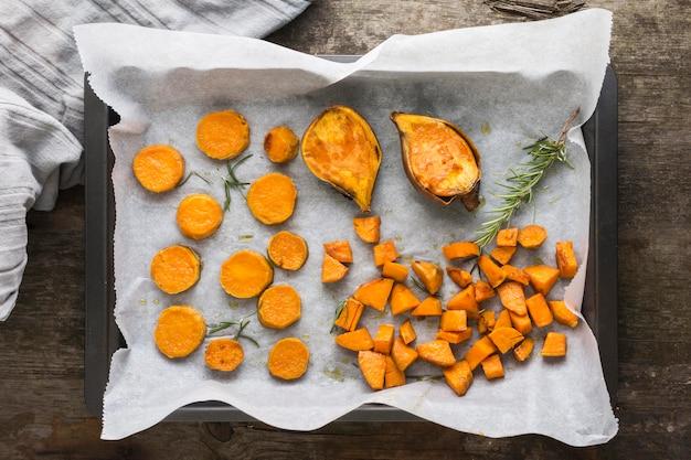 Plat leggen arrangement met zoete aardappelen