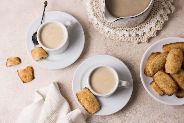 Plat leggen assortiment van koffie en melk met ontbijt snack