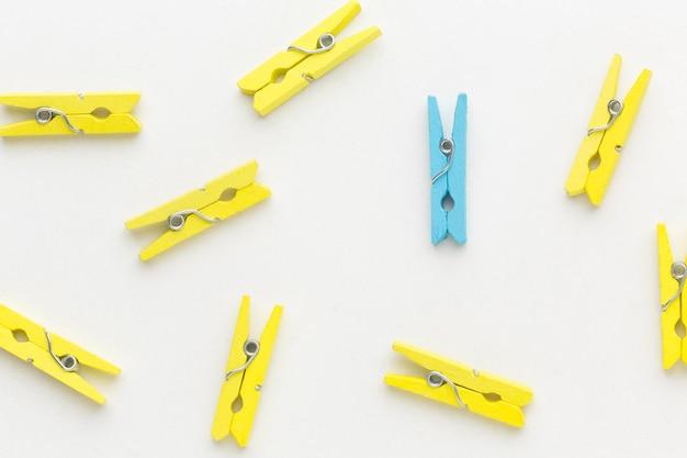 Plat leggen blauwe en gele haken