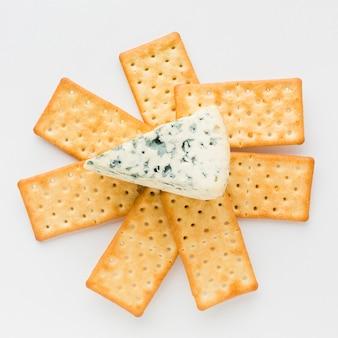 Plat leggen blauwe kaas op crackers