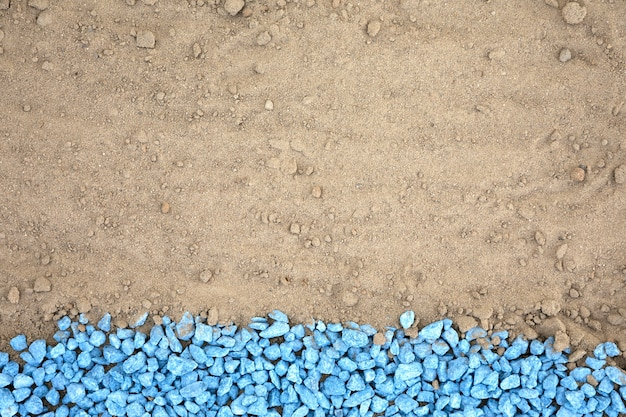 Plat leggen blauwe kiezels op zand