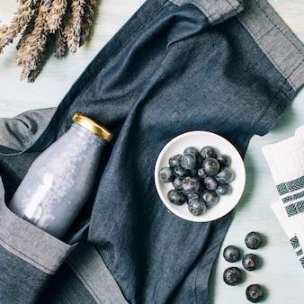Plat leggen blauwe smoothie en schort