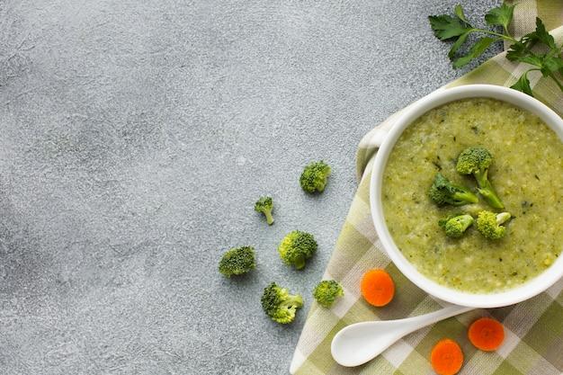 Plat leggen broccoli en wortelsoep met kopie ruimte