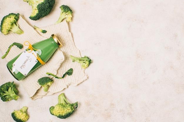 Plat leggen broccoli smoothie met kopie ruimte
