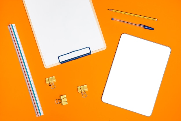 Plat leggen bureau concept met mockup-tablet
