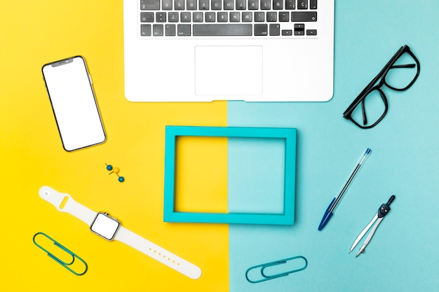Plat leggen bureau conecpt met blauw frame