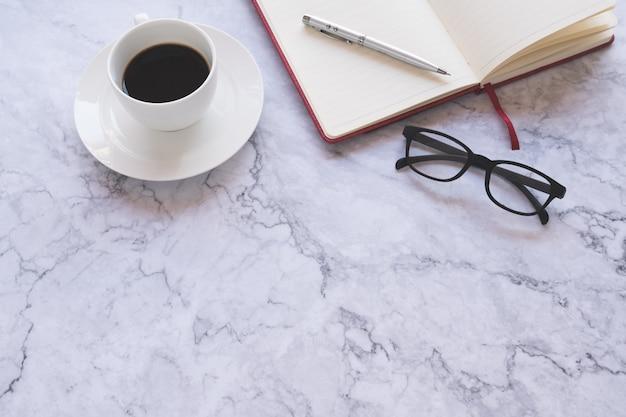 Plat leggen creatief en ontwerper achtergrond met kopje koffie en office-hulpprogramma's