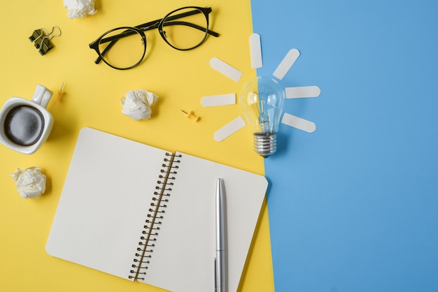 Plat leggen financiële planning brainstormen rommelig beeld tafelblad