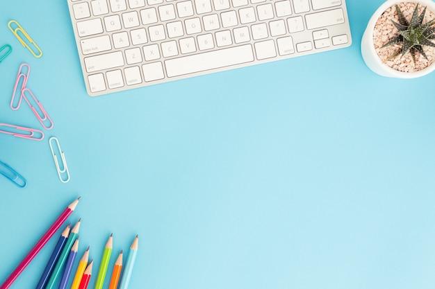 Plat leggen foto van bureau met potlood en toetsenbord
