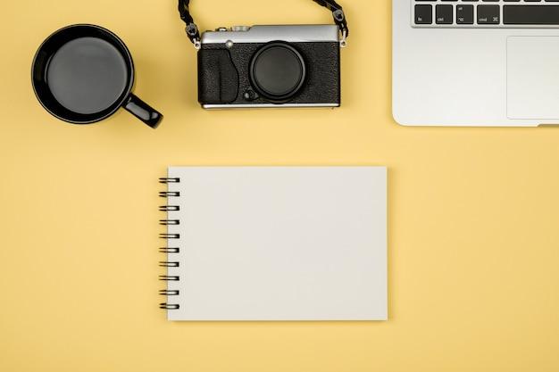 Plat leggen foto van kantoor aan huis bureau