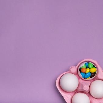 Plat leggen frame met snoep in eierschaal