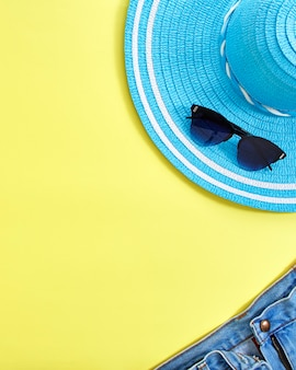 Plat leggen gele zomer reizen concept achtergrond