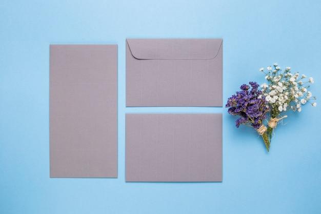 Plat leggen grijze bruiloft uitnodiging
