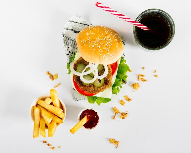 Plat leggen hamburger en friet met frisdrank
