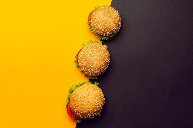 Plat leggen hamburgers met kopie ruimte