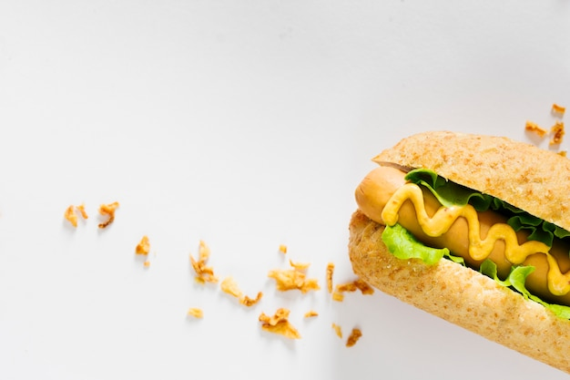 Plat leggen hotdog en knapperige ui met copyspace