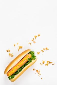 Plat leggen hotdog met knapperige ui