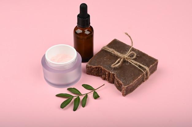 Plat leggen huidverzorging. vlakke indeling met accessoires, spa-cosmetica, badzout, crème en handdoeken. huidverzorgingsproduct, natuurlijke cosmetica, plat beeld.