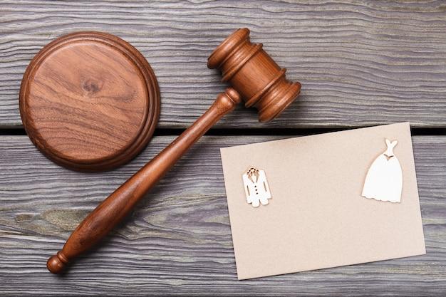 Plat leggen huwelijk en huwelijk contract concept. houten hamer met blanco papier bovenaanzicht.