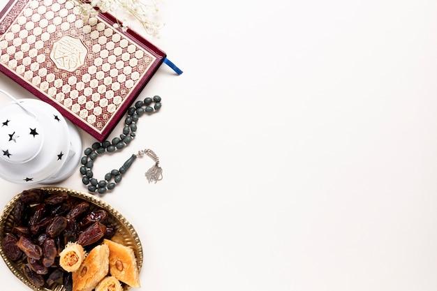 Plat leggen islamitische decoraties met kopie ruimte