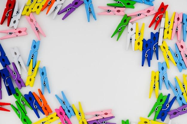 Plat leggen kleurrijke kleding pinnen frame