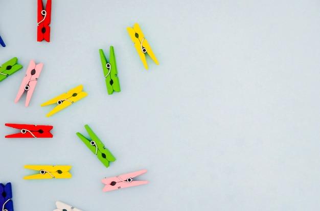 Plat leggen kleurrijke wasknijpers met copyspace
