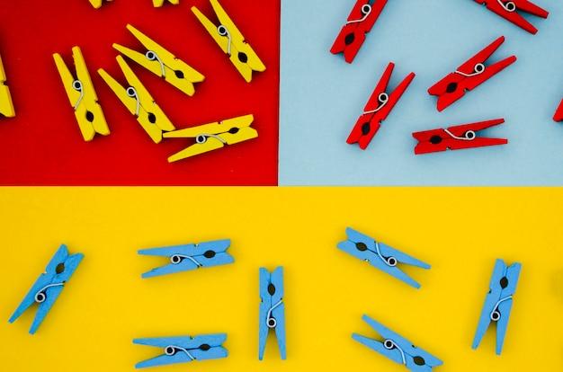 Plat leggen kleurrijke wasknijpers op gekleurde achtergronden