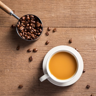 Plat leggen koffiekopje met koffiebonen