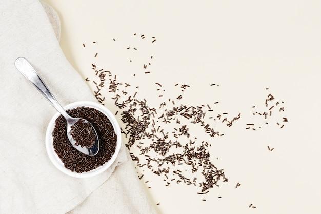 Plat leggen kom met chocolade op een doek