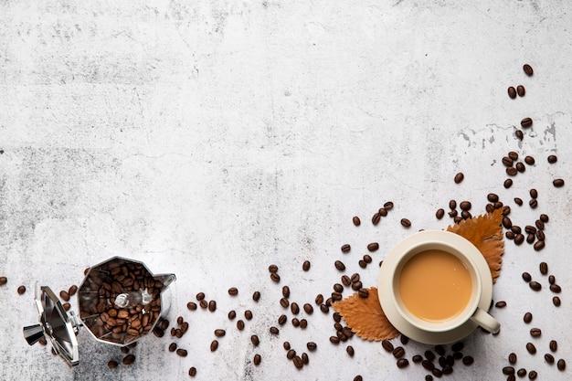 Plat leggen kopje koffie en bonen met kopie ruimte