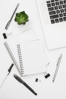 Plat leggen laptop mockup met blocnote