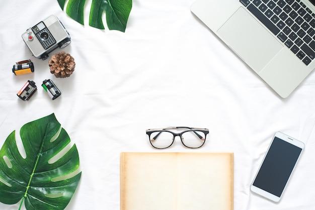 Plat leggen lifestyle creatief idee achtergrond met camera, film, laptop, smartphone en b