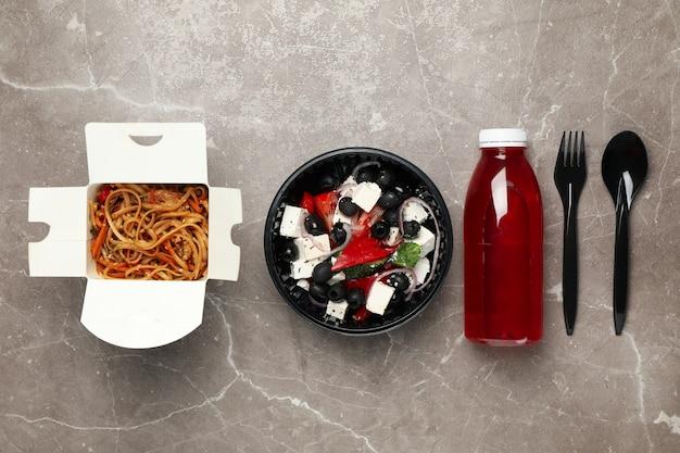 Plat leggen met afhaalmaaltijden op tafel. voedsellevering