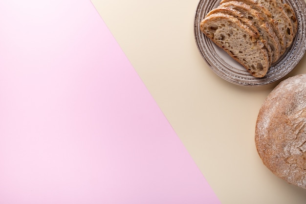 Plat leggen met brood op een tweekleurig oppervlak.