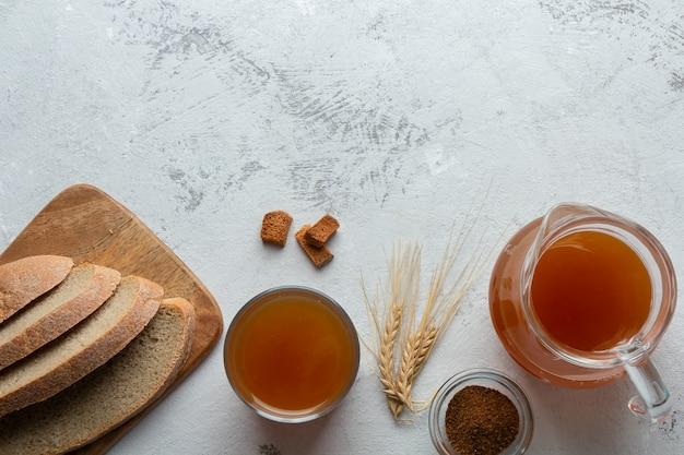 Plat leggen met gefermenteerd brood, drink kwas en roggebrood