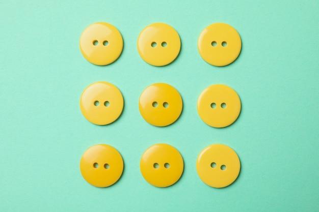 Plat leggen met gele knopen