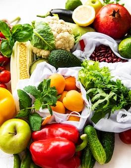 Plat leggen met gezonde vegetarische maaltijdingrediënten. raw food concept. een verscheidenheid aan biologische groenten en fruit.