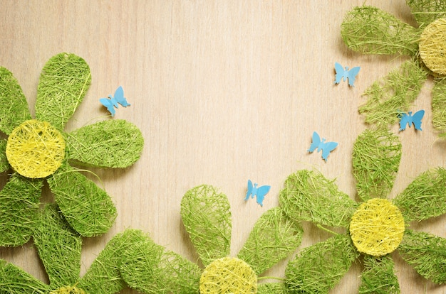 Plat leggen met kunstmatige chamomiles en vlinders