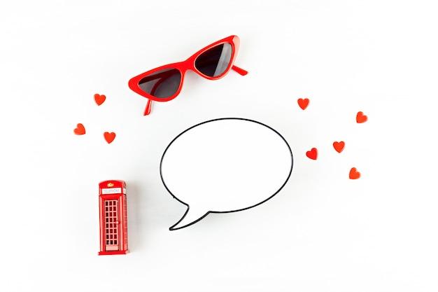 Plat leggen met londen phonebooth en lichtbak in de vorm van een tekstballon met kopie ruimte voor tekst