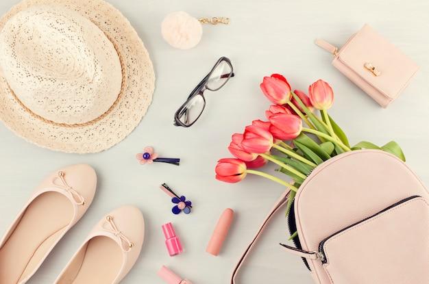 Plat leggen met meisjes lente zomer accessoires in roze pasteltinten. casual stedelijke zomerstijl