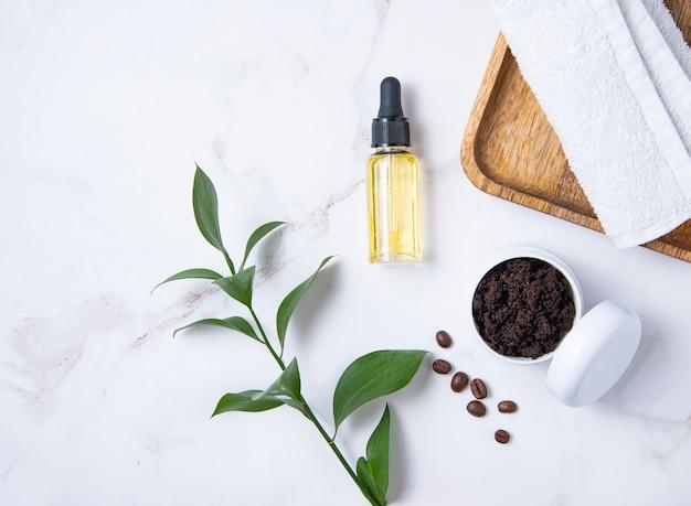 Plat leggen met natuurlijke ingrediënten voor de koffiescrub van het huislichaam met olijfolie op marmeren achtergrond. verzorging van de huid van het lichaam. bovenaanzicht en kopie ruimte