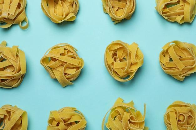 Plat leggen met ongekookte pasta op blauw